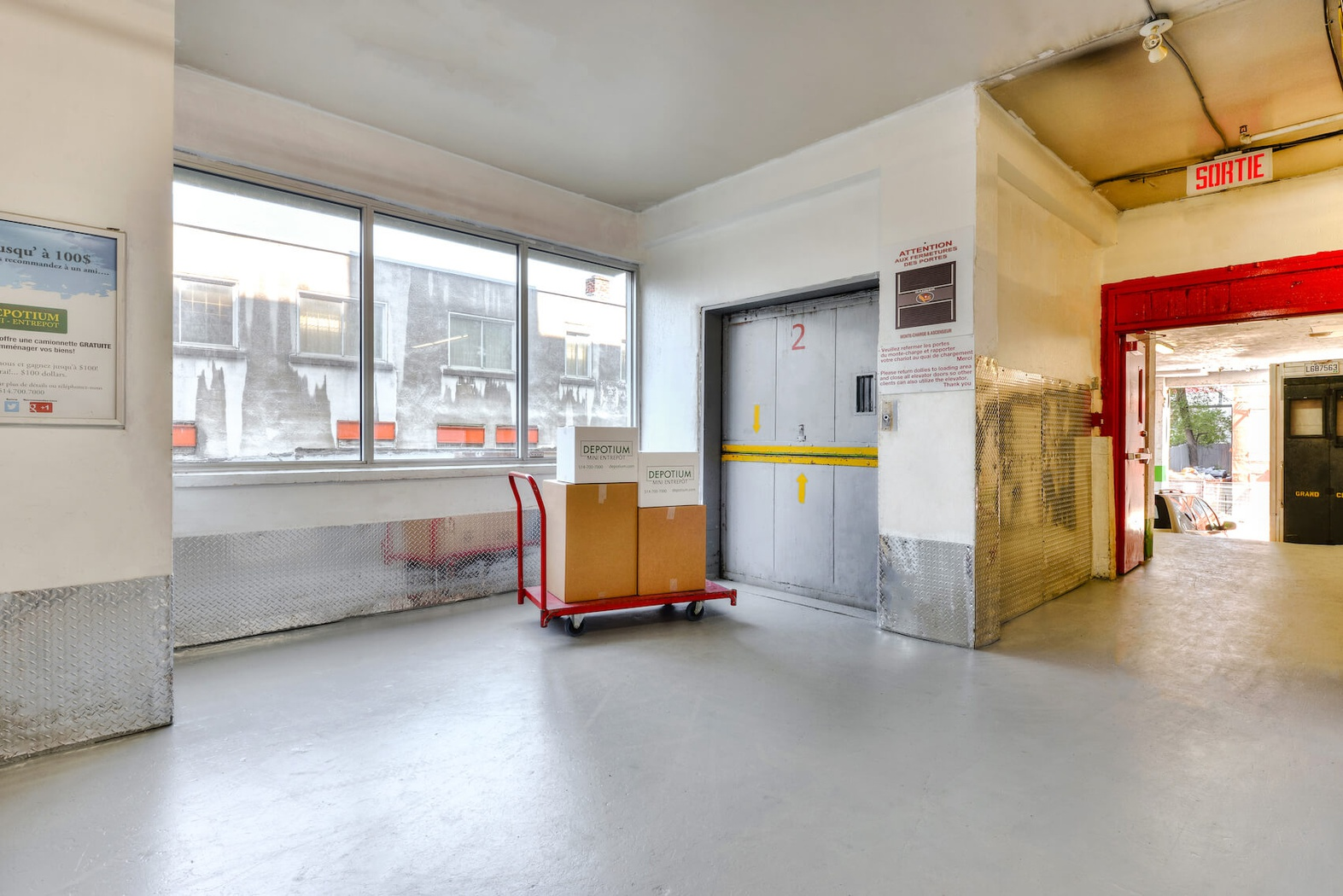 Rent Montreal storage units at 3555 Boulevard Crémazie Est. We offer a wide-range of affordable self storage units and your first 4 weeks are free!